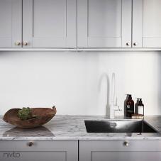 Valkoinen keittiö vettä hana