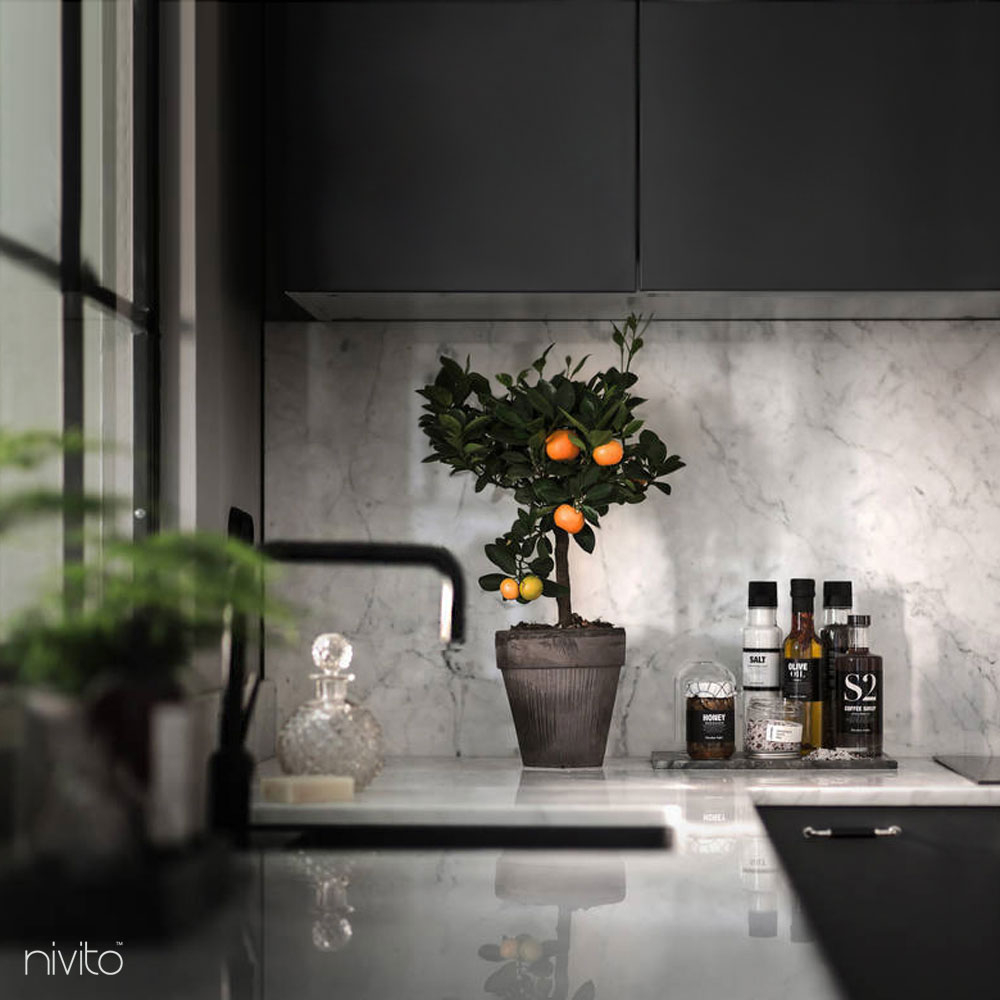 Musta keittiö vettä hana